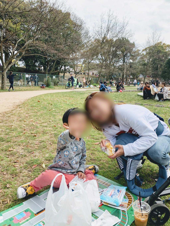福岡の舞鶴公園に子連れで花見に行ってお弁当を食べてる家族の画像