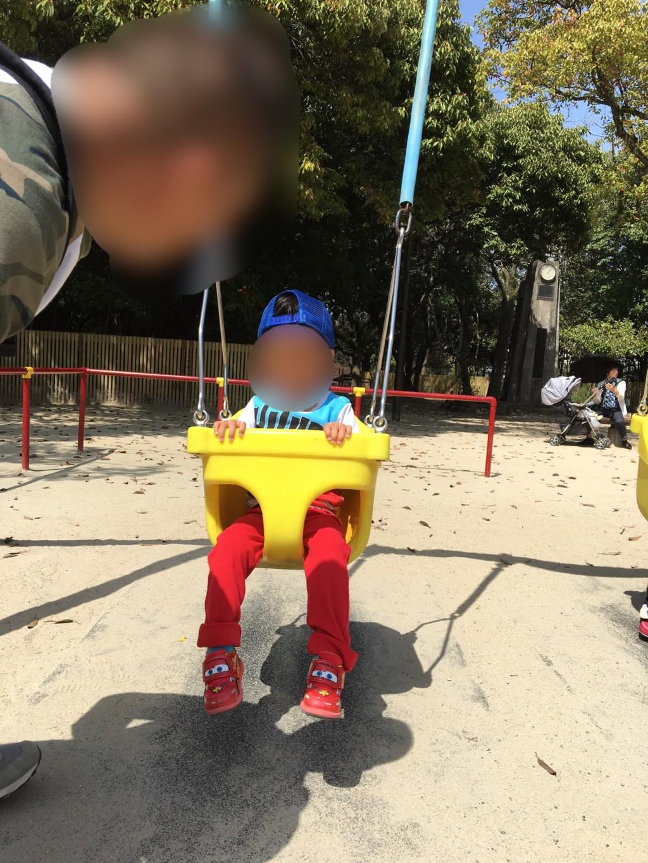 福岡市の舞鶴公園に子連れで花見に行った公園のブランコの画像