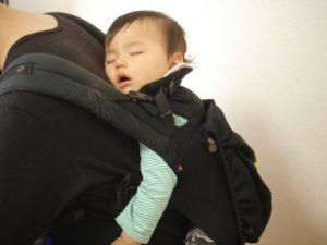 赤ちゃんから目が離せない時の対処法抱っこ紐を使う画像