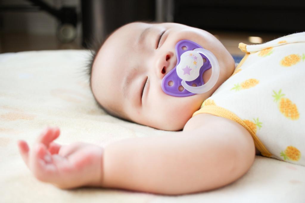 赤ちゃんがダイソーのおしゃぶりをして眠ってる画像