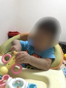 ダイソーの赤ちゃんのおもちゃぷっぷー鳴るよを赤ちゃんに持たせて大きさが分かる画像