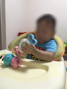ダイソーの赤ちゃんのおもちゃガラガラなるよを1歳児に持たせて大きさが分かる画像