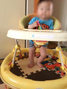 赤ちゃんが動き回る時の対処法歩行器を使う画像