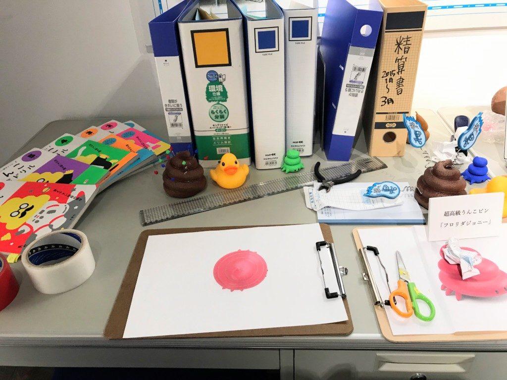 うんこ展示会のうんこピン会社の机にうんこが載ってる画像