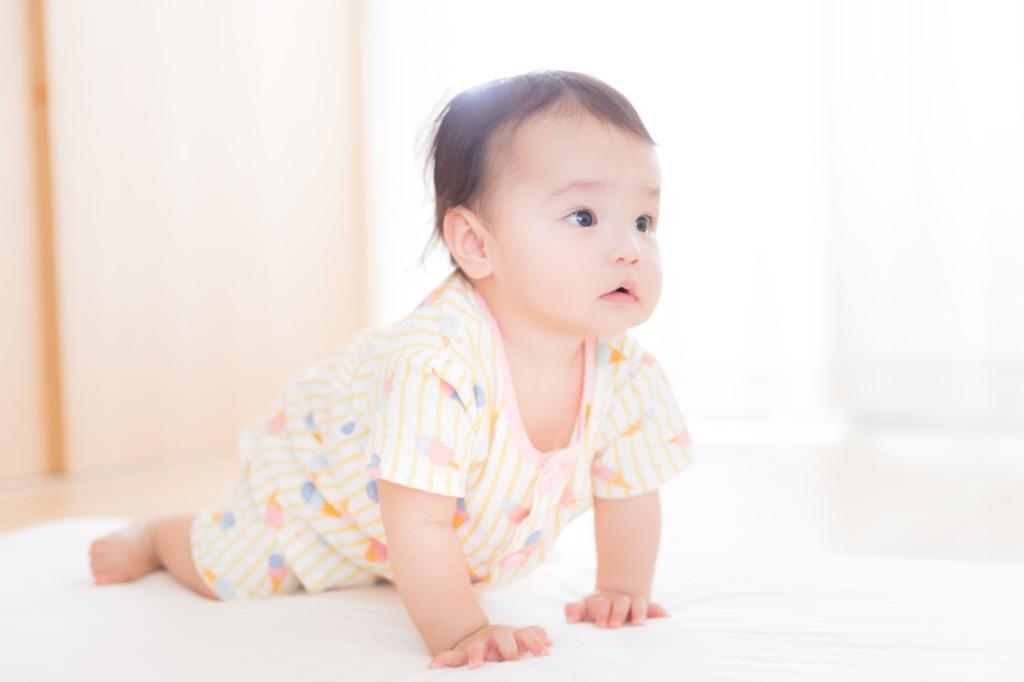 ダイソーの赤ちゃんおおすすめのおもちゃを使ってる赤ちゃんお画像