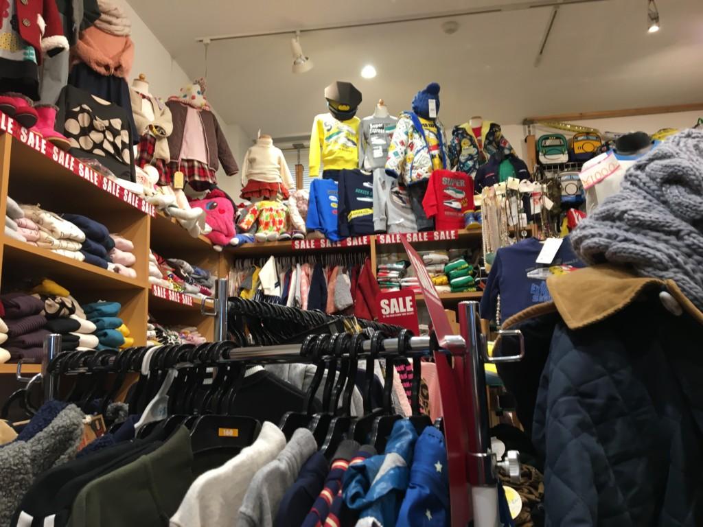 博多南駅ビルのおもしろスポットに新幹線の服やグッズが売ってる画像