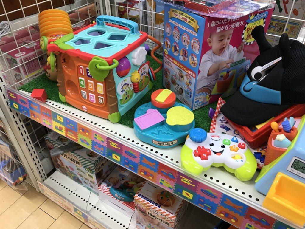 メガドンキ福重店のおもちゃ売り場に知育のおもちゃで遊べる画像