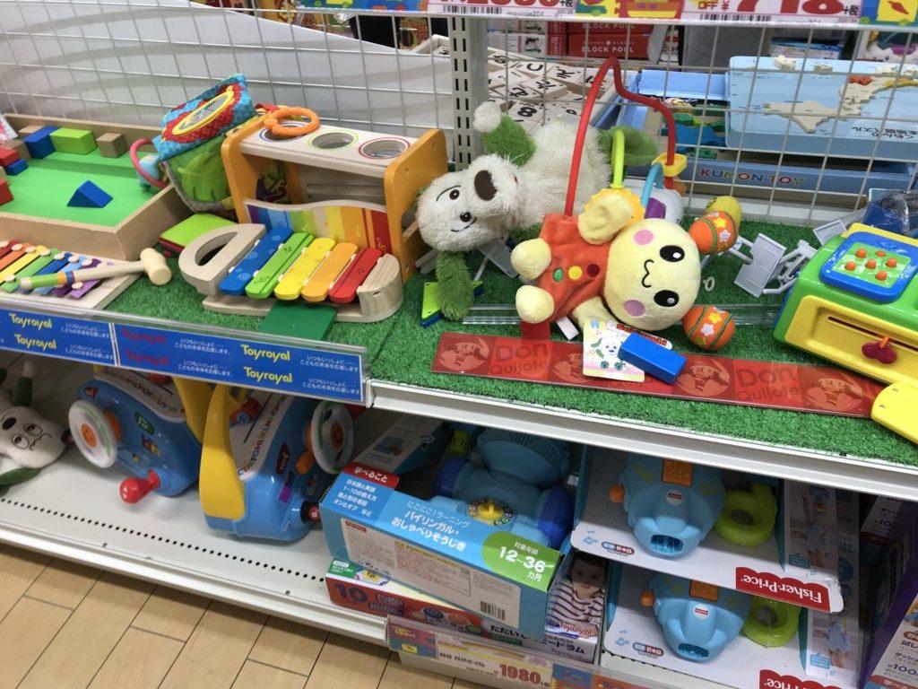 メガドンキ福重店のおもちゃ売り場コーナーで遊んでる画像