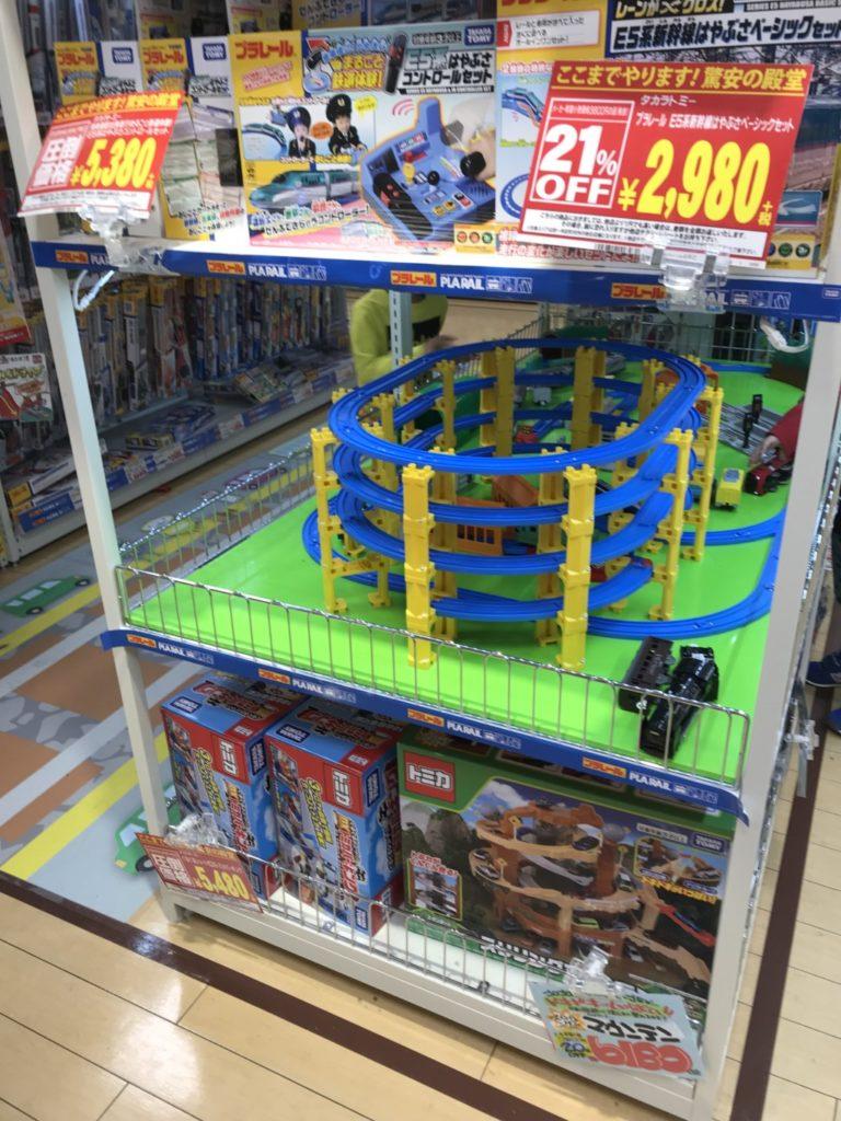 メガドンキ福重のおもちゃ屋で子供がプラレールで遊んでる出る画像