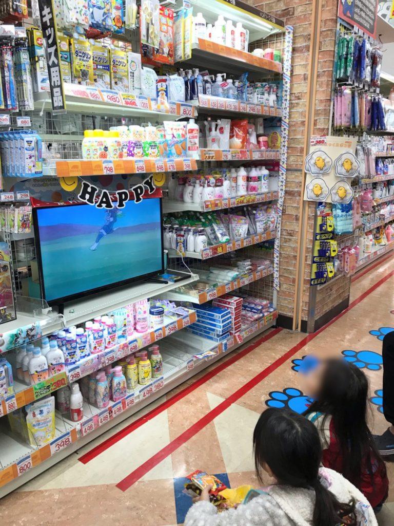メガドンキ福重店の食料品売り場のテレビを観る子供画像