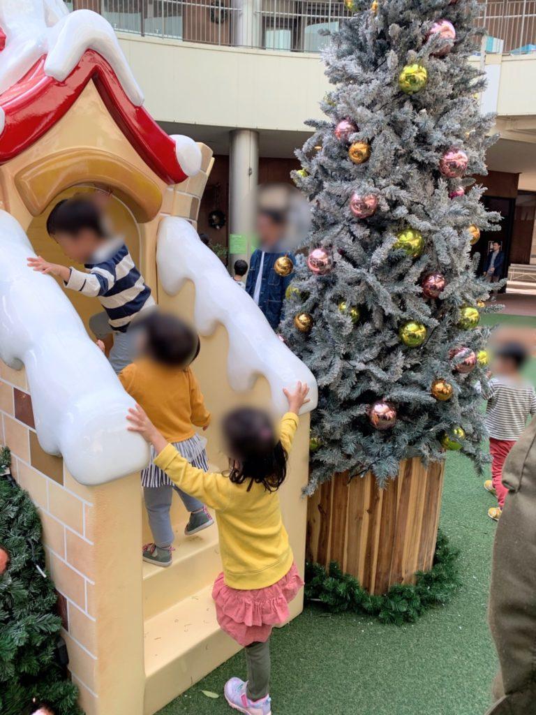 木の葉モール橋本のイルミネーション遊具に子供が並ぶ画像