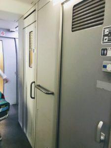 博多駅から300円で乗れる新幹線の車内のトイレ画像