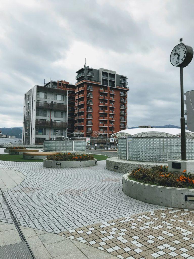 博多南駅の連絡通路を歩いて広場に着いた画像