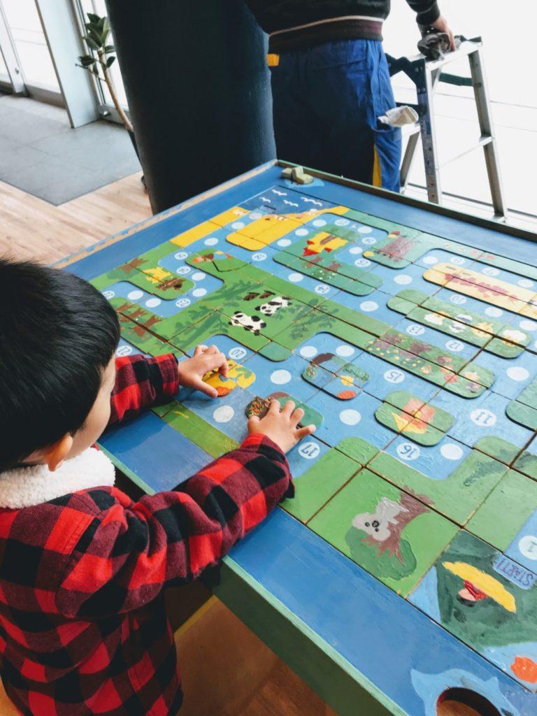 博多南駅のキッズスペースのおもちゃで遊ぶ子供の画像