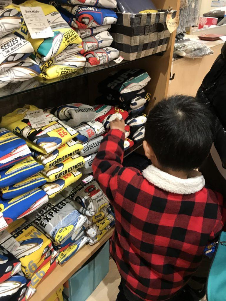 博多南駅ビル1階の面白スポットに新幹線の子供服が売ってる画像