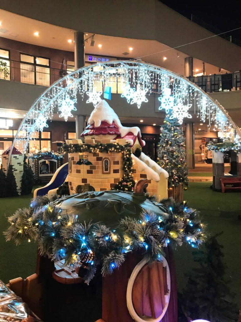 木の葉モールのクリスマスイルミネーション遊具の夜の部の画像