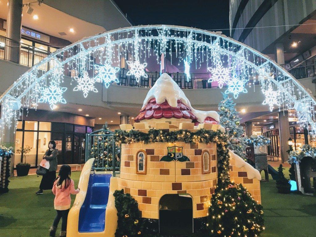 木の葉モール橋本の夜のクリスマスイルミネーション遊具が点灯した画像
