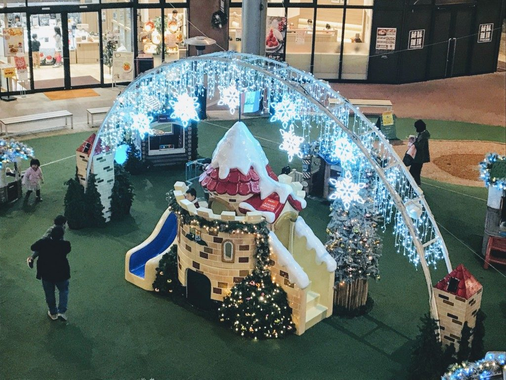 木の葉モールのクリスマスイルミネーションを夜に上から写した画像