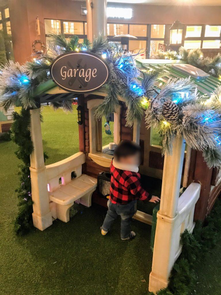 木の葉モールのクリスマスイルミネーション遊具に1歳児がつかまり立ちする画像