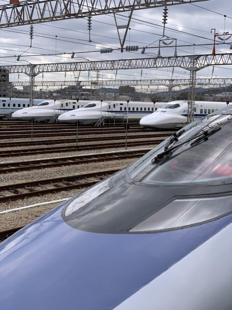 博多駅南から見えた車両基地に新幹線が並んでる画像