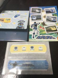 博多南駅でもらったカンセンジャーのシールと絆創膏の画像