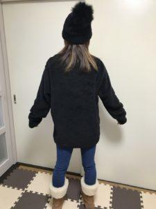 ユニクロ フリースプルオーバーのLサイズを女性が着用した後ろ姿のサイズ感画像