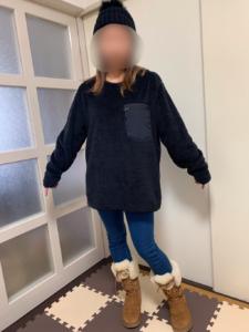 ユニクロ フリースプルオーバーのLサイズを女性が着用したサイズ感の画像