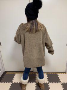 フリースプルオーバーのメンズXLサイズを女性が着用した後ろ姿画像