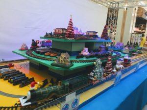 イオン福岡伊都店の鉄道まつりの鉄道模型のジオラマが点灯する画像