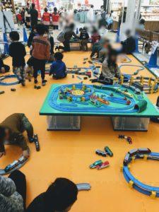 福岡イオンの鉄道まつりで遊ぶ子供達の画像