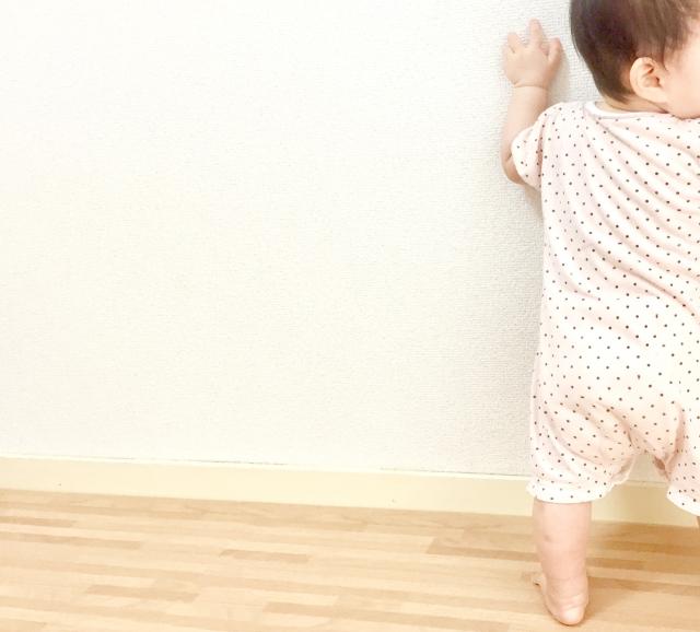 赤ちゃんがオムツ替えを嫌がる時の対処法つかまり立ちをさせてオムツ替えする赤ちゃんの画像