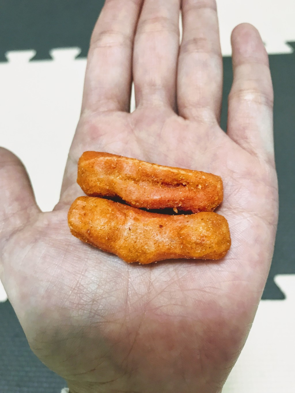 福岡のおすすめ明太子お菓子ラッキーめんたいマヨおかきを袋から出した画像