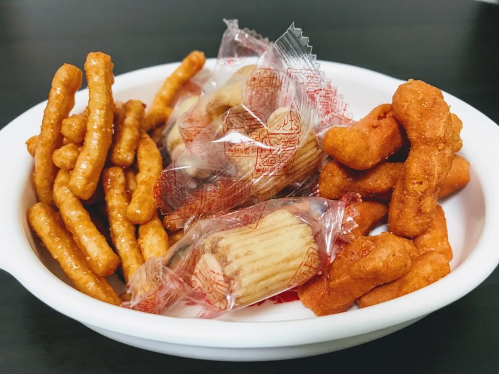 福岡のおすすめ明太子お菓子を全てお皿に出した画像