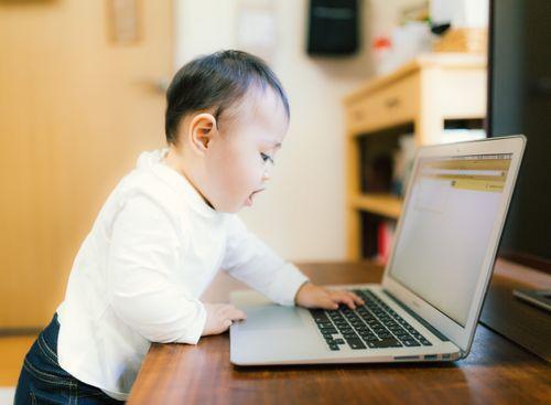 赤ちゃんがオムツ替えを嫌がる時の対処法気長に待つ画像