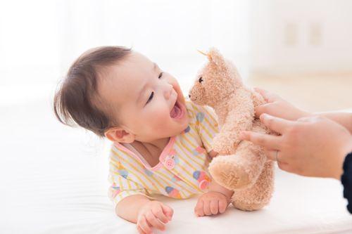 赤ちゃんがオムツ替えを嫌がる対処法楽しい事があると覚えさせる画像