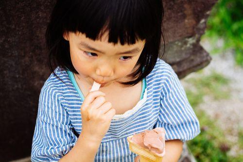 子供が歯医者の麻酔で唇が腫れた噛んだ画像