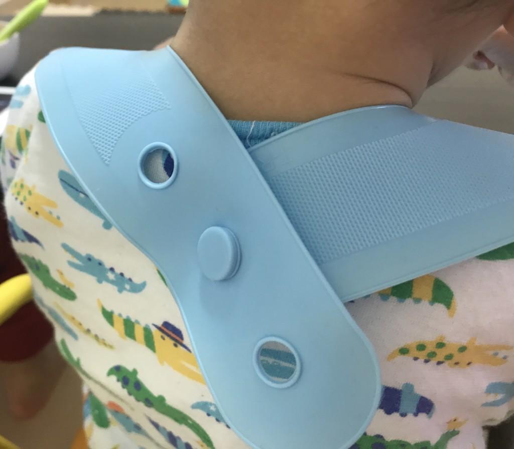 ティーレックス・スマートビブを赤ちゃんが着用した時のサイズ画像