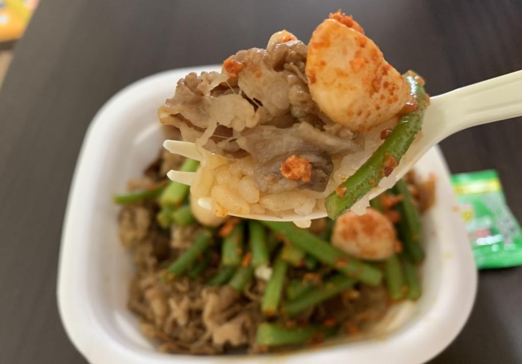 『牛丼トリプルニンニクMIX』スプーンに取って食べる画像