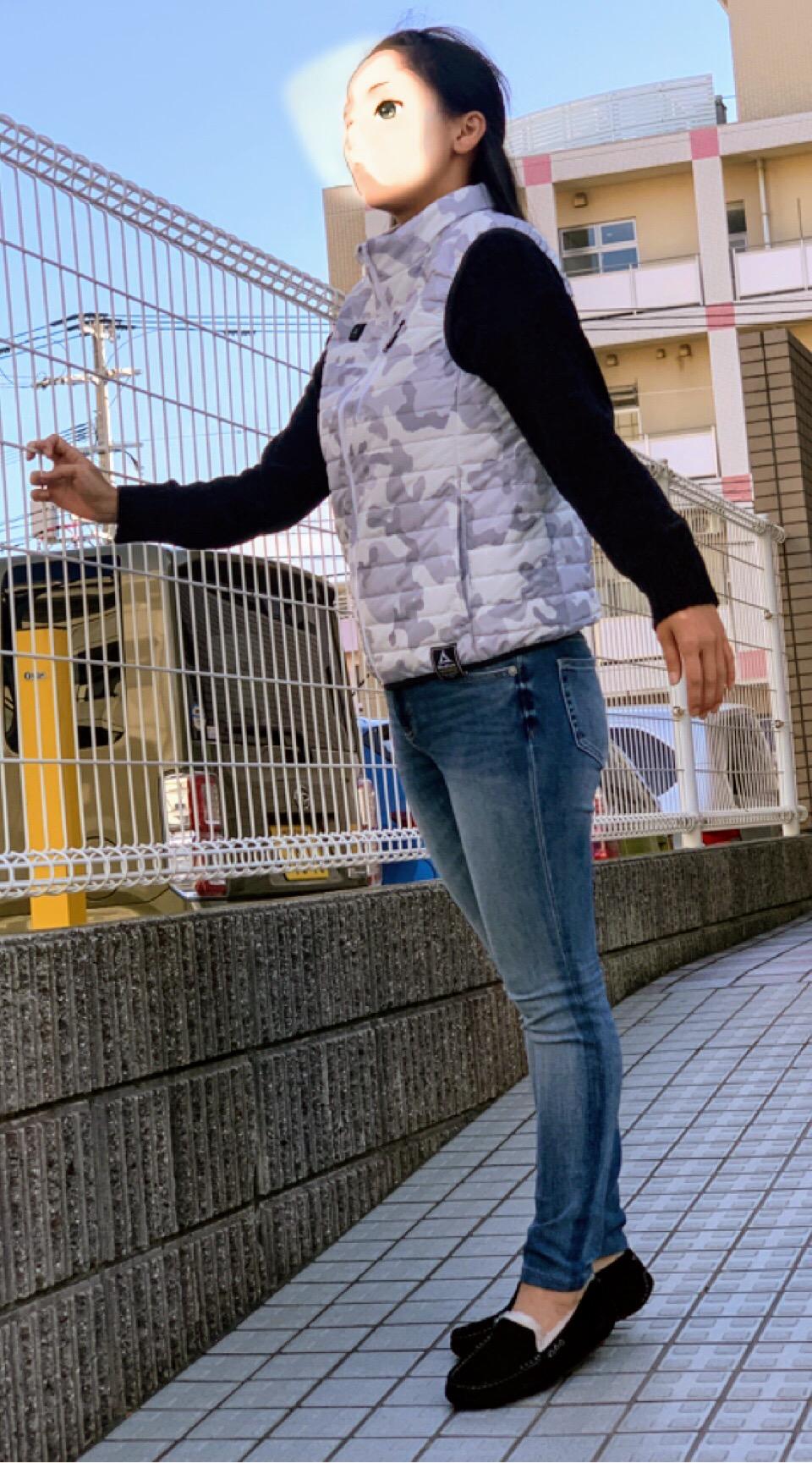 ワークマンの着るコタツ・ヒーターベストを女性が着用した画像