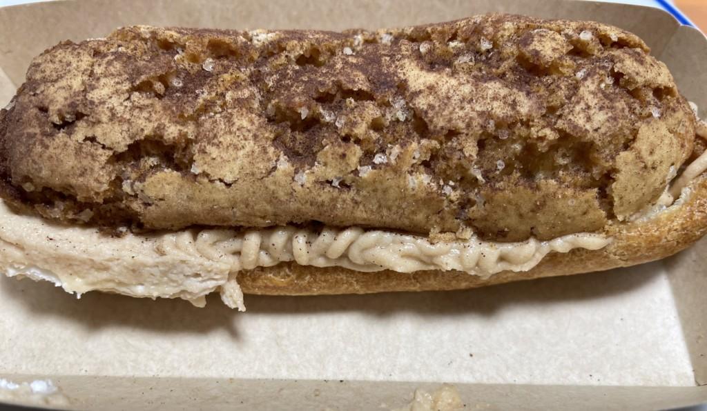 セブンイレブンピエールエルメのエクレア(マロンショコラ)の食べた画像