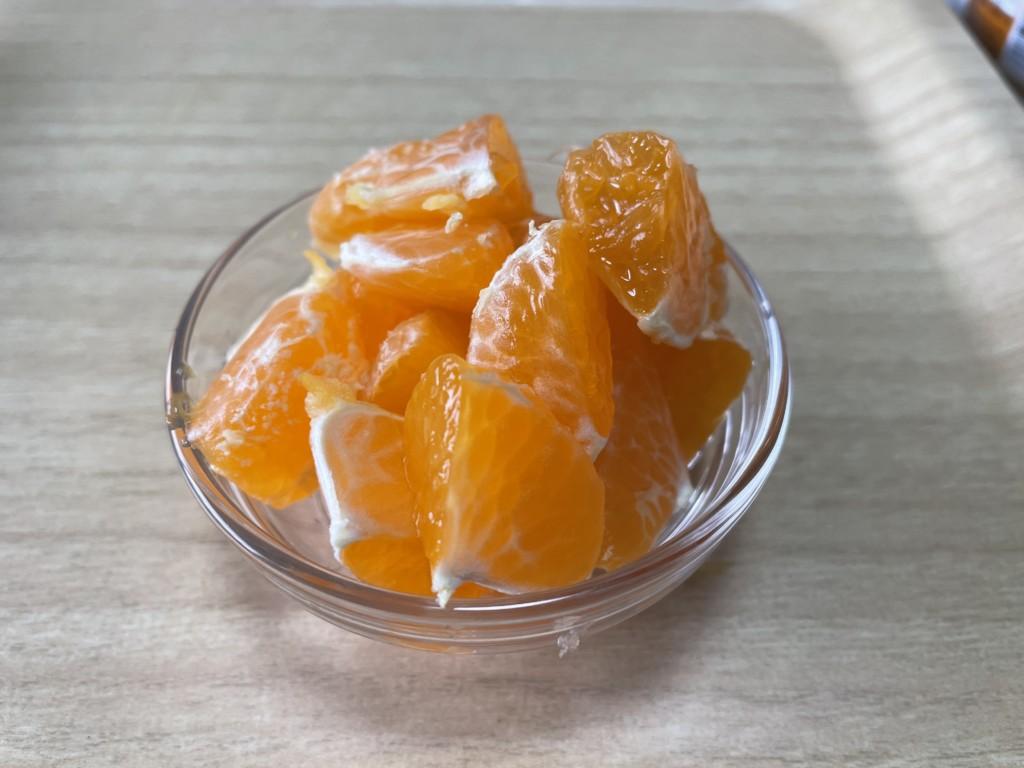 【シューイチ】みかんのピーナツバターサンド作り方でみかんの皮をむいた画像