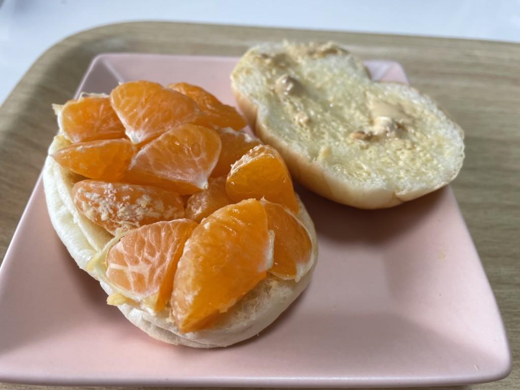 【シューイチ】みかんのピーナツバターサンドにみかんを乗せた画像