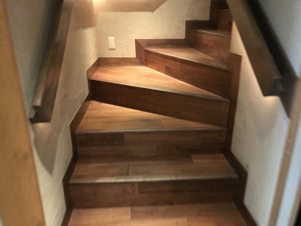 博多めんたい重の2階に上がって行く階段の画像