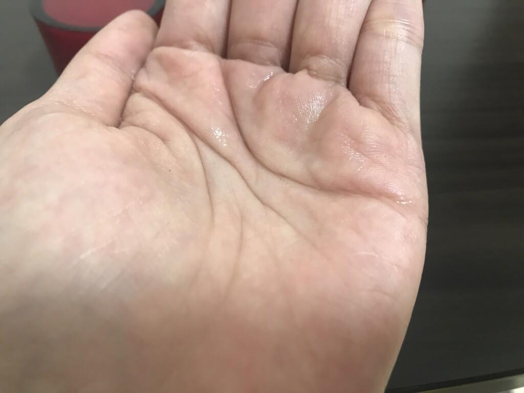 ナールスピュア化粧水液体を手に取った画像