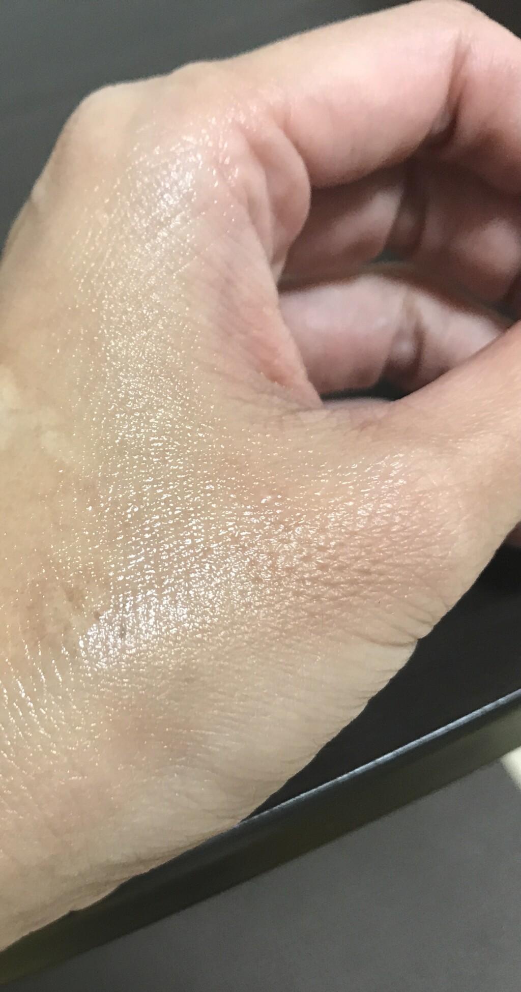 ナールスピュア化粧水を手の甲になじませた画像