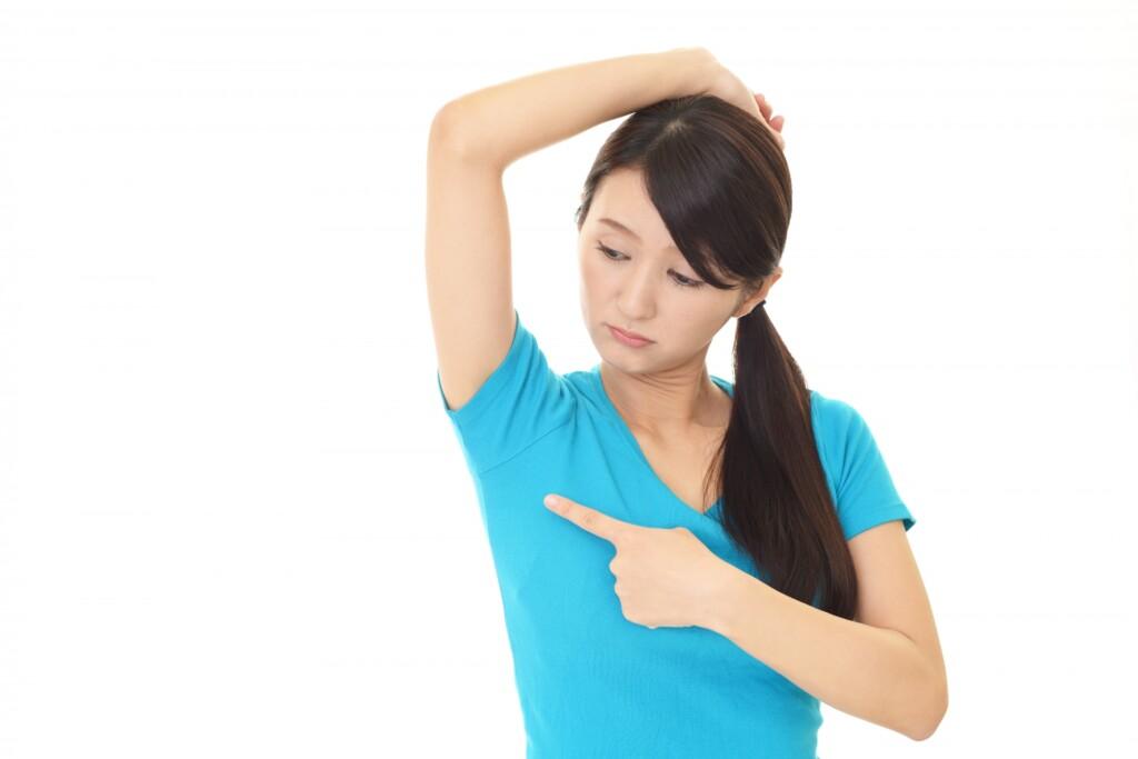 脇汗を気にする女性の画像
